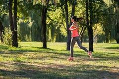 Funzionamento atletico della ragazza nel parco Fotografia Stock