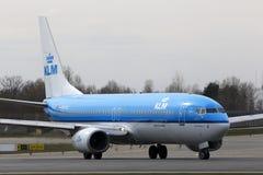 Funzionamento degli aerei di Boeing 737-800 di linee aeree di KLM Royal Dutch sulla pista Fotografia Stock Libera da Diritti