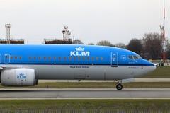 Funzionamento degli aerei di Boeing 737-800 di linee aeree di KLM Royal Dutch sulla pista Immagine Stock Libera da Diritti