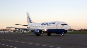 Funzionamento degli aerei di Boeing 737 di linee aeree di Transaero sulla pista Immagine Stock Libera da Diritti