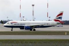 Funzionamento degli aerei di British Airways Airbus A320-200 A320-200 sulla pista Immagini Stock Libere da Diritti