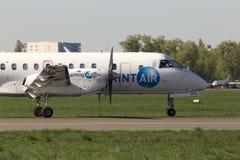 Funzionamento degli aerei di SprintAir Saab 340 sulla pista Immagini Stock