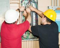 Funzionamento degli elettricisti dell'operaio qualificato Fotografia Stock Libera da Diritti