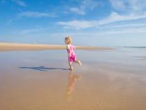 Funzionamento del bambino alla riva Fotografia Stock Libera da Diritti