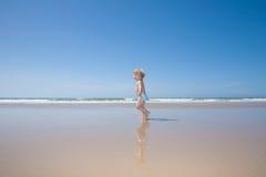 Funzionamento del bambino alla spiaggia Immagine Stock Libera da Diritti