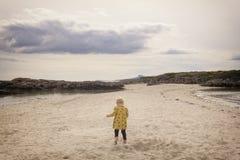 Funzionamento del bambino attraverso la sabbia fotografia stock