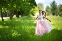 Funzionamento del bambino nel parco Fotografie Stock