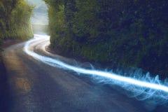 Funzionamento del cavo a fibre ottiche sopra la terra nella campagna britannica Fotografie Stock