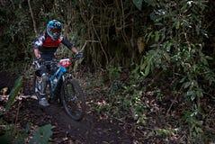 Funzionamento del ciclista in un'area montagnosa fotografia stock libera da diritti