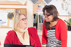 Funzionamento del consigliere tecnico Karen Constantine e di Raushan Ara fotografie stock
