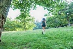 Funzionamento del corridore dell'atleta femminile sul parco Fotografia Stock