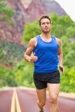 Funzionamento del corridore dell'atleta sulla strada Fotografie Stock Libere da Diritti