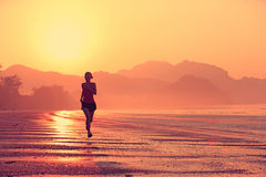 Funzionamento del corridore della donna alla spiaggia fotografia stock libera da diritti