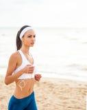 Funzionamento del corridore della donna sulla spiaggia Immagine Stock Libera da Diritti