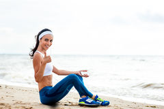 Funzionamento del corridore della donna sulla spiaggia Fotografia Stock