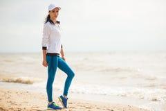 Funzionamento del corridore della donna sulla spiaggia Fotografie Stock Libere da Diritti