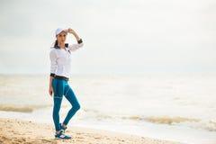 Funzionamento del corridore della donna sulla spiaggia Immagine Stock