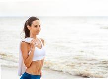 Funzionamento del corridore della donna sulla spiaggia Fotografia Stock Libera da Diritti