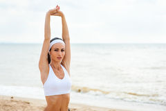 Funzionamento del corridore della donna sulla spiaggia Immagini Stock Libere da Diritti