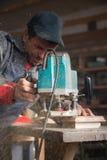 Funzionamento del falegname della fresatrice manuale immagini stock libere da diritti