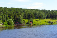Funzionamento del fiume nelle colline Fotografie Stock