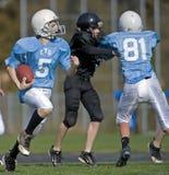 Funzionamento del giocatore di football americano Fotografia Stock Libera da Diritti