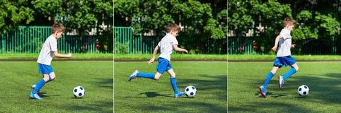 Funzionamento del giocatore di football americano del ragazzo con la palla su prato inglese verde Fotografie Stock