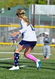 Funzionamento del giocatore di lacrosse della ragazza immagine stock libera da diritti