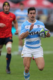 Funzionamento del giocatore di rugby con la palla Fotografia Stock