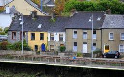 Funzionamento del giovane davanti alle case di pietra variopinte lungo il fiume Shannon Town, limerick, Irlanda, 2014 Fotografia Stock