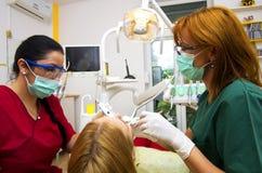 Funzionamento del gruppo del dentista fotografie stock libere da diritti