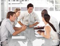 Funzionamento del gruppo di affari ed interagire Fotografia Stock