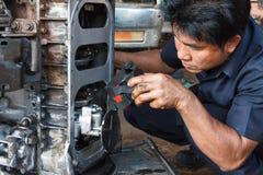 Funzionamento del meccanico di automobile fotografia stock libera da diritti