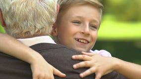 Funzionamento del nipote al nonno e strettamente abbracciarlo, relazione in famiglia archivi video