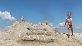 Funzionamento del ragazzino sulla spiaggia di estate fotografia stock