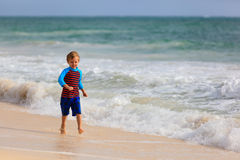 Funzionamento del ragazzino sulla spiaggia tropicale della sabbia Immagine Stock Libera da Diritti