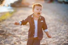 Funzionamento del ragazzo lungo la spiaggia Immagini Stock Libere da Diritti
