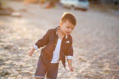 Funzionamento del ragazzo lungo la spiaggia Immagini Stock