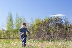 Funzionamento del ragazzo nel parco Fotografie Stock
