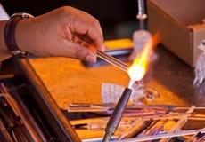 Funzionamento del soffiatore di vetro Fotografia Stock