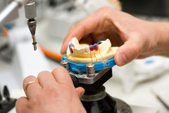 Funzionamento del tecnico dentale fotografie stock libere da diritti