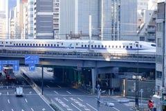 Funzionamento del treno di pallottola di Shinkansen sul binario a Tokyo, Giappone Immagini Stock Libere da Diritti