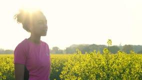 Funzionamento dell'adolescente e bottiglia di acqua bevente al tramonto video d archivio