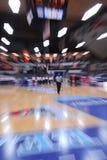Funzionamento dell'arbitro di pallacanestro Immagine Stock