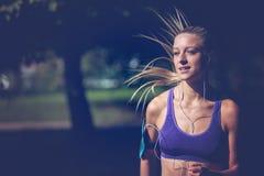 Funzionamento dell'atleta del corridore al parco concetto pareggiante di benessere di allenamento di forma fisica della donna Immagine Stock