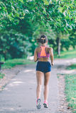 Funzionamento dell'atleta del corridore al parco concetto pareggiante di benessere di allenamento di forma fisica della donna Immagini Stock