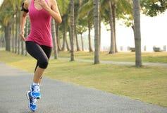 Funzionamento dell'atleta del corridore al parco tropicale Fotografia Stock