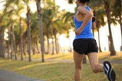 Funzionamento dell'atleta del corridore al parco tropicale Fotografie Stock Libere da Diritti