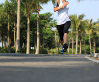 Funzionamento dell'atleta del corridore al parco tropicale Fotografia Stock Libera da Diritti