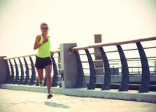 Funzionamento dell'atleta del corridore alla spiaggia Immagine Stock Libera da Diritti